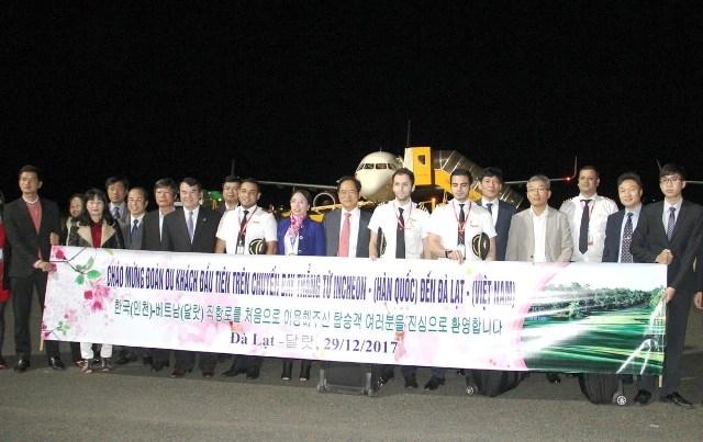 Ngày 29/12 vừa qua, chuyến bay thẳng đầu tiên chở gần 160 hành khách và phi hành đoàn, từ sân bay Incheon (Hàn Quốc) đã đáp xuống sân bay Liên Khương. Lãnh đạo tỉnh Lâm Đồng và Tổng lãnh sự quán Hàn Quốc chào đón đoàn