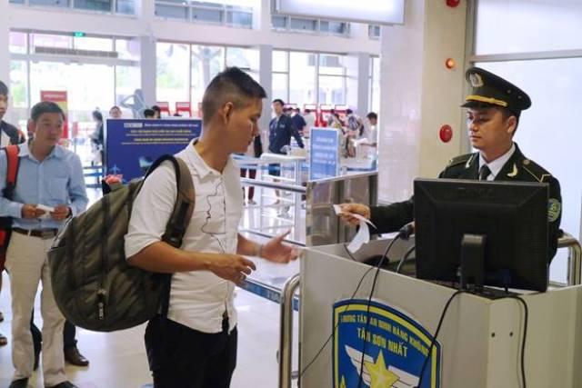 Kiểm tra an ninh hành khách đi tàu bay tại Cảng HKQT Tân Sơn Nhất