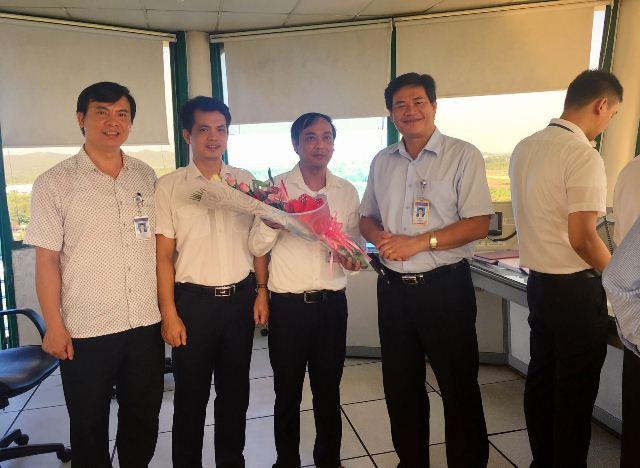 Phó Giám đốc Công ty Quản lý bay miền Trung Đào Xuân Tú tặng hoa chúc mừng cán bộ, nhân viên, kiểm soát viên không lưu đài KSKL Phú Bài