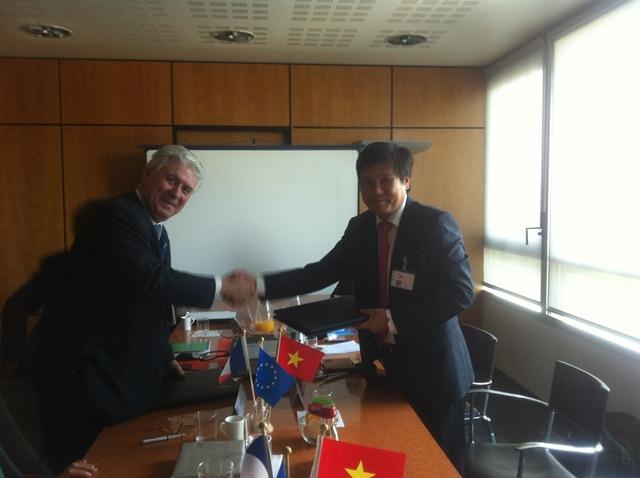 Cục trưởng Đinh Việt Thắng và Tổng cục trưởng Tổng cục HKDD Pháp Patrick Gandil ký Thỏa thuận hợp tác kỹ thuật giữa hai nhà chức trách hàng không hai nước