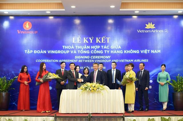 Ông Dương Trí Thành - TGĐ Vietnam Airlines và ông Nguyễn Việt Quang, Phó Chủ tịch kiêm TGĐ Tập đoàn Vingroup ký kết và trao đổi thỏa thuận hợp tác dưới sự chứng kiến của các đại diện lãnh đạo hai bên