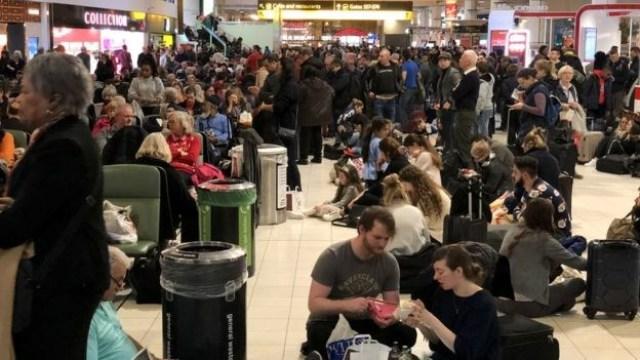 Quang cảnh hành khách phải chờ đợi tại sân bay Gatwick trước Giáng sinh. (Nguồn: Getty images)