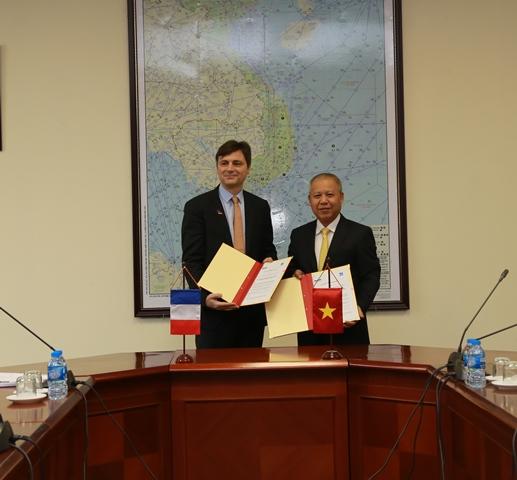Phó Cục trưởng Võ Huy Cường và ông Thibaut Lallemand trao văn kiện chương trình hợp tác kỹ thuật trong lĩnh vực an toàn hàng không